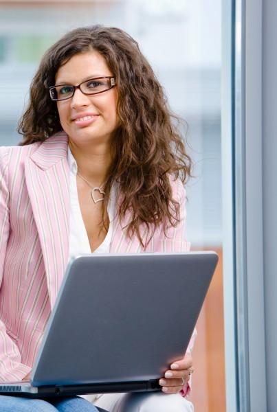 geschaeftsfrau die am laptop arbeitet