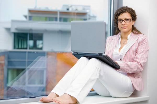 kreative geschaeftsfrau mit laptop