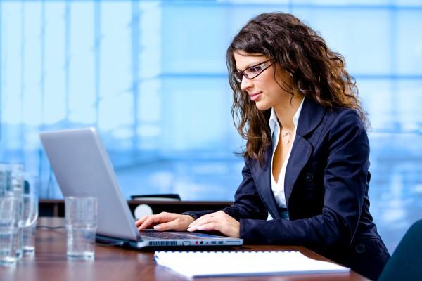 geschaeftsfrau die am computer arbeitet
