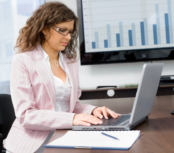 geschaeftsfrau tippen auf dem laptop