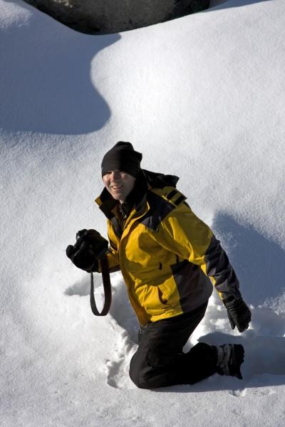 frau kniet im schnee mit einer