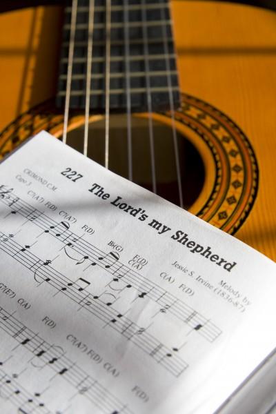 gitarre und notenbuch