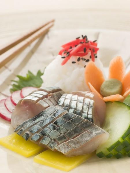 sashimi von makrele mit eingelegtem daikon