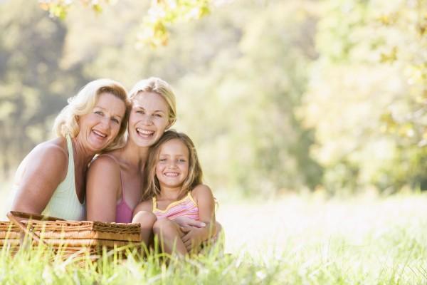 grossmutter mit erwachsenen tochter und enkel
