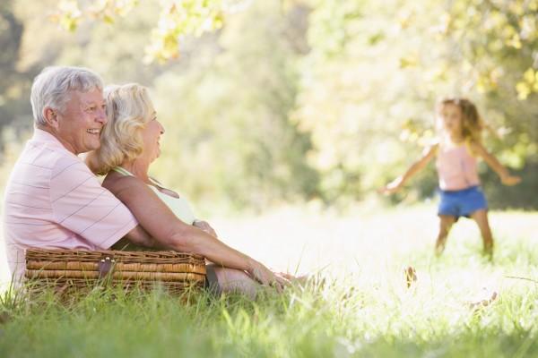 grosseltern an einem picknick mit jungen