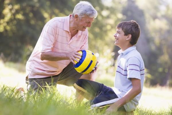grossvater und enkel in einem park