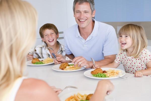familie essen eine mahlzeit essenszeit zusammen