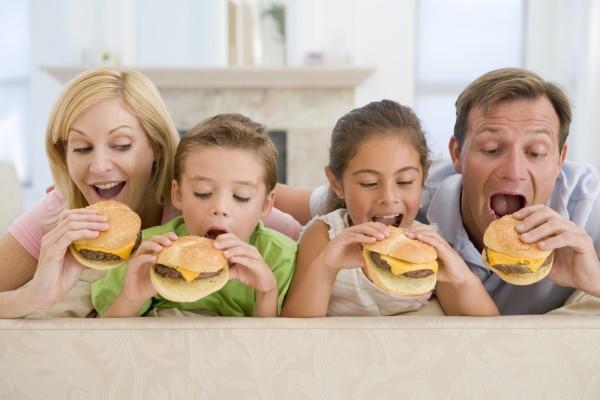 familie essen cheeseburgers zusammen