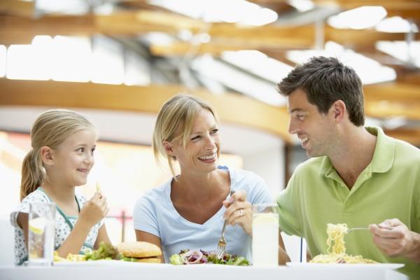 familie mittagessen gemeinsam auf der mall