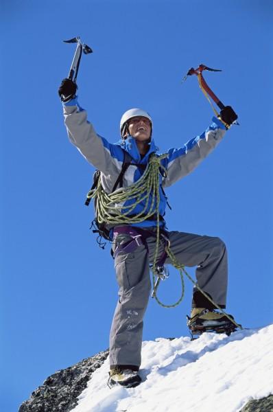 bergsteiger der auf schneebedeckten berg sieg