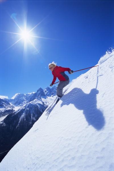 skifahrer kommen schneebedeckten huegel laechelnd lens