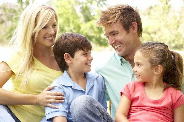 familie geniessen tag im park