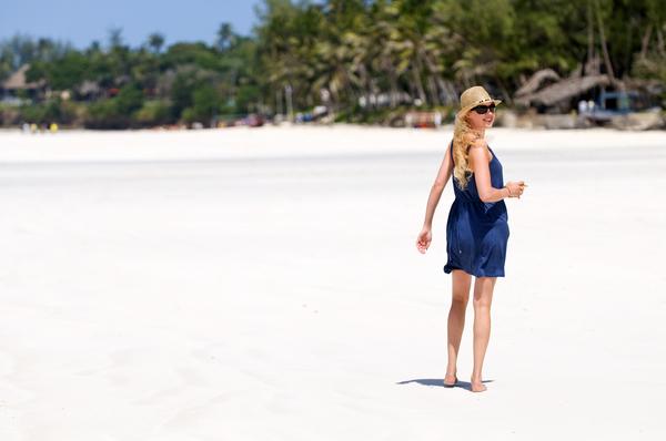 junge frau geht am strand spazieren