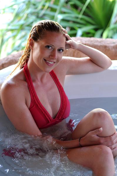 frau relaxed im whirlpool