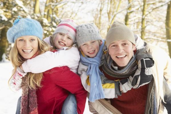 familie die spass snowy woodland