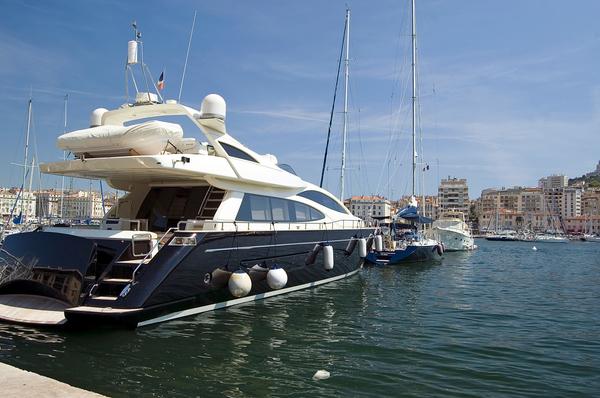 yacht im hafen von marseille