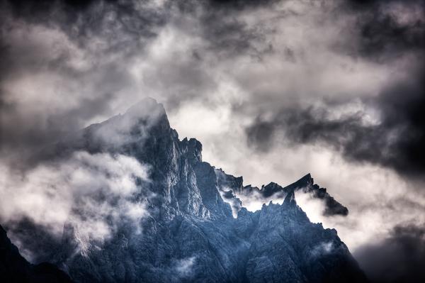 dramatische wolken ueber hochkaltermassiv
