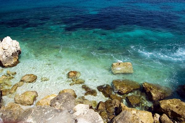 mediterrane kueste mit steinen