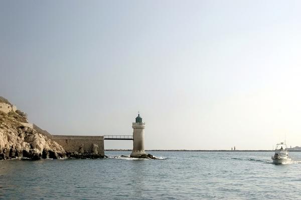 leuchtturm im hafen von marseille