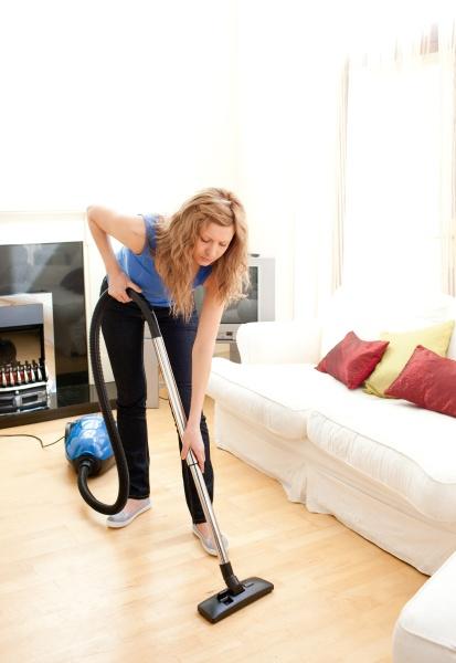 disintersest frau die ihr wohnzimmer reinigung