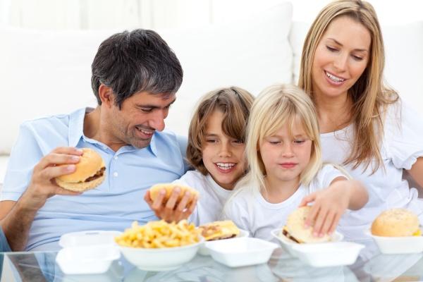 frohe familie hamburger essen