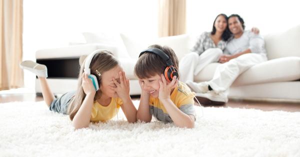 lachende kinder die musik mit kopfhoerern