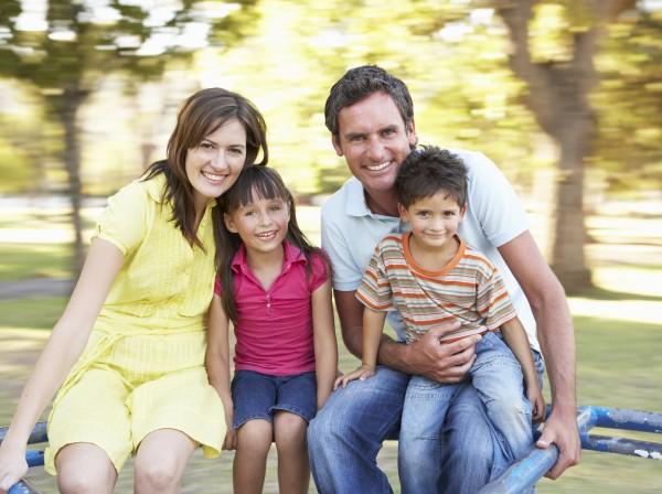 familien reiten auf karussell im park