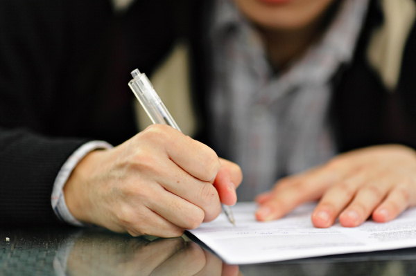 buero bewerbung schreiben schreibend schreibt vertrag