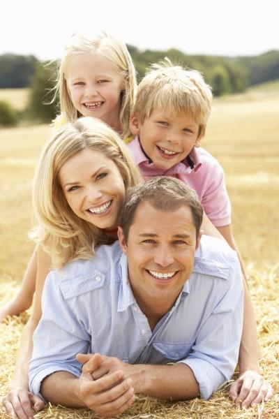 familie entspannung im sommer erntete feld