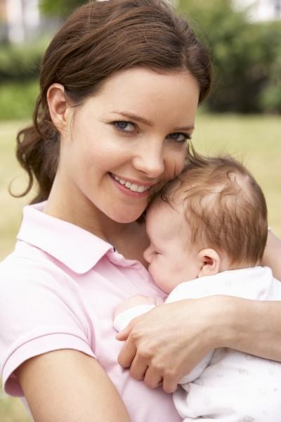 nahaufnahme von mutter kuscheln neugeborenes baby