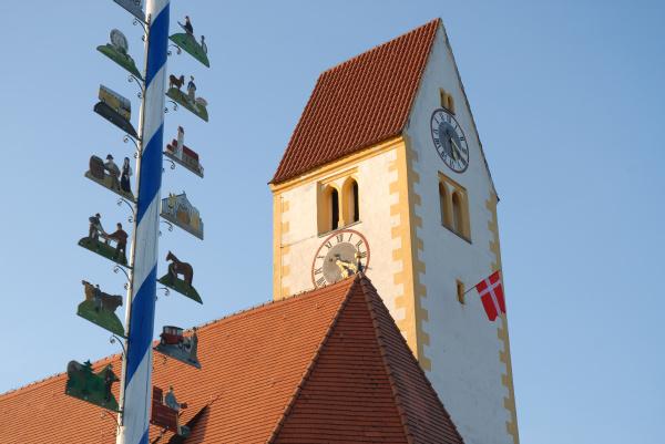 maibaum mit kirchturm