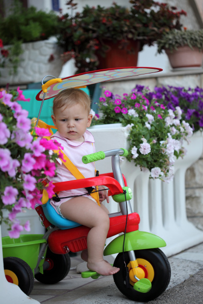 kleinkind auf dem fahrrad