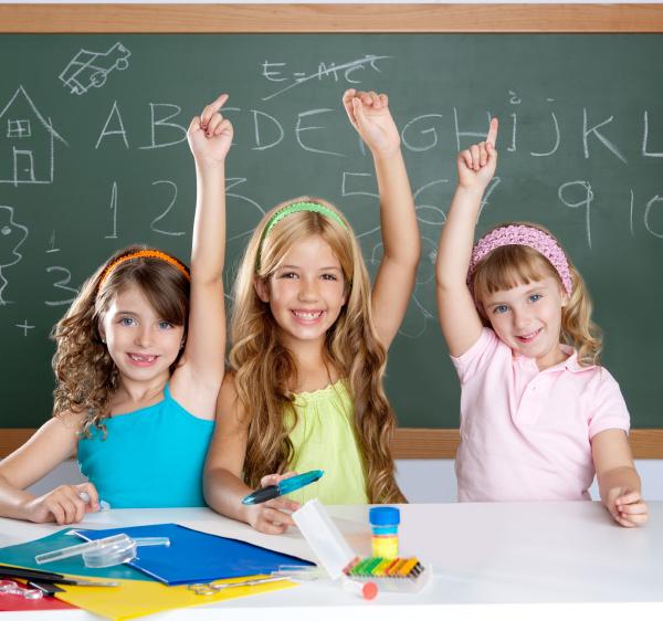 clever kinder studentengruppe im schulunterricht