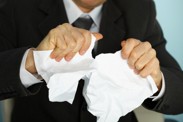 geschaeftsmann zerrissen gewaltsam ein papier