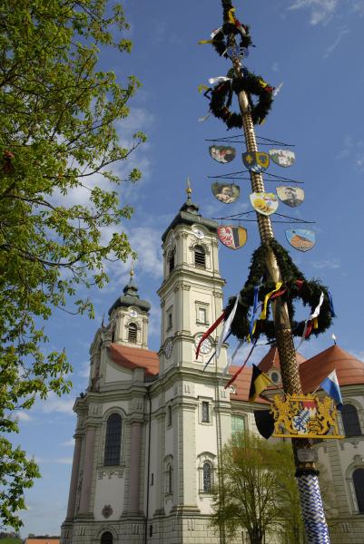 maibaum vor klosterkirche ottobeuren