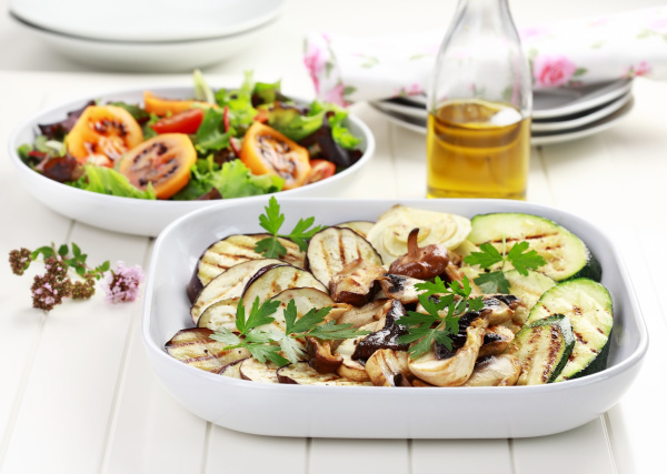 gegrilltes gemuese und salat mit tamarillos
