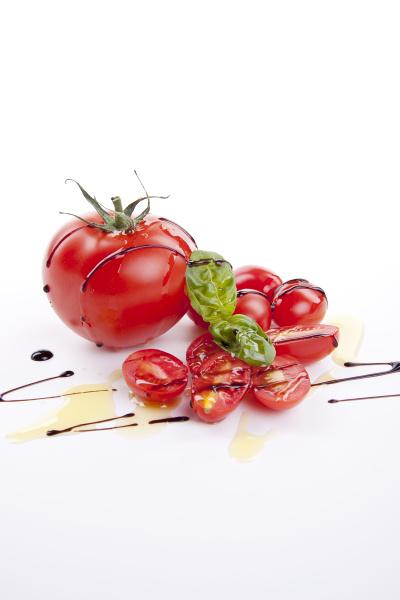 frische rote tomaten mit balsamico und