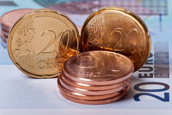 euromuenzen auf geldschein