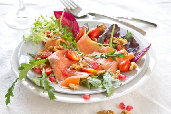 raeucherlachs mit walnuss und granatapfelsalat