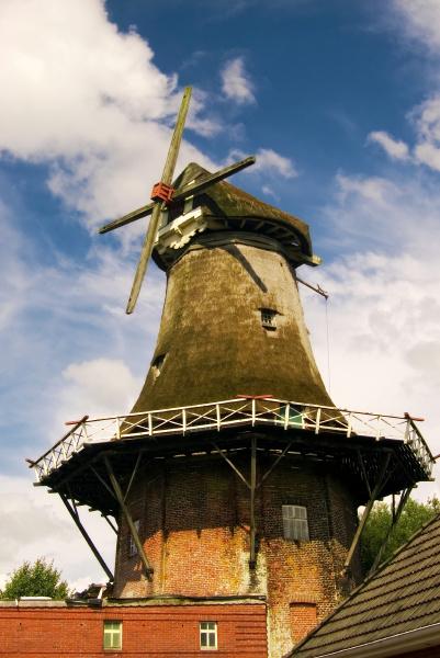 typisch historische windmuehle in ostfriesland