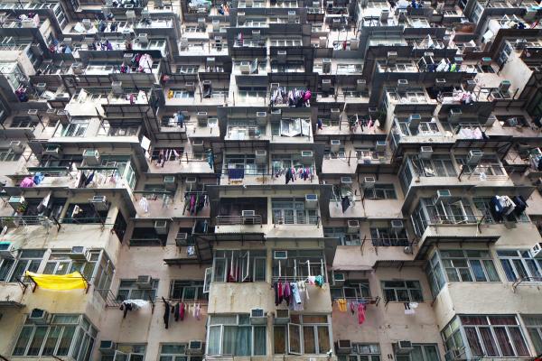 ueberfuelltes wohngebaeude in hongkong
