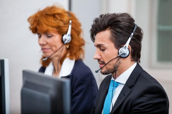 freundlicher berater am telefon mit headset