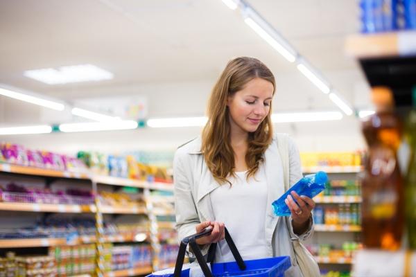 frau kaufen supermarkt lagern lebensmittelgeschaeft geschaeft