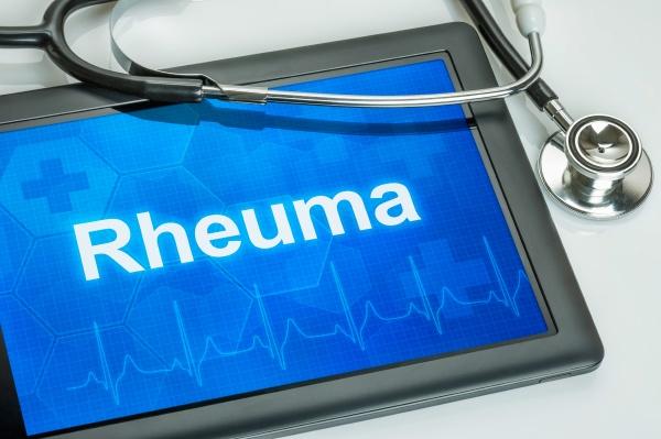tablet mit der diagnose rheuma auf