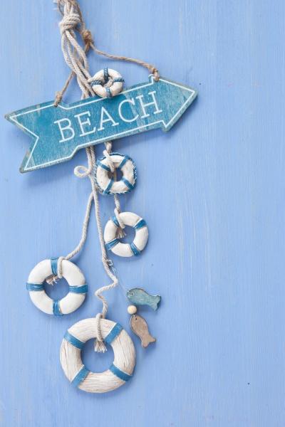 blauer hintergrund mit schild zum strand