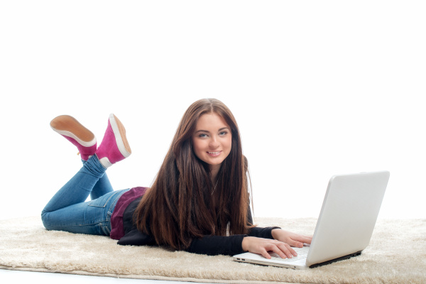 junges maedchen mit laptop