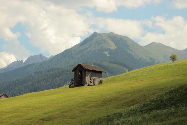 haus gebaeude landwirtschaft wolke feld alpen