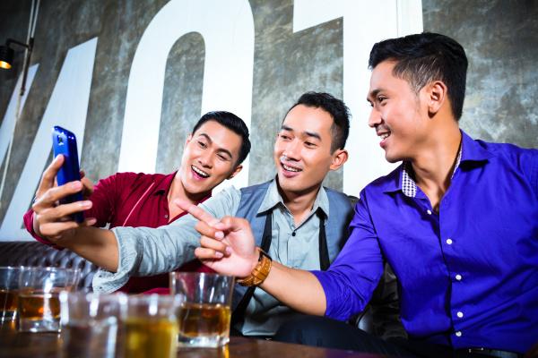asiatische freunde die fotos oder selfies