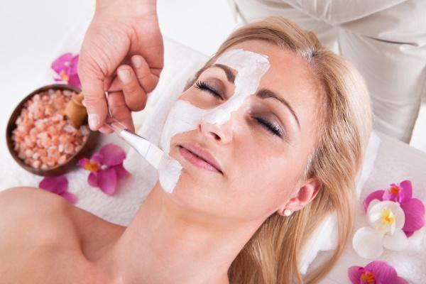 kosmetikerin anwendung gesichts maske auf gesicht