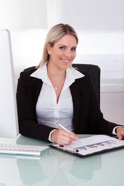 glueckliche geschaeftsfrau mit computer